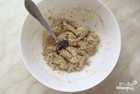 И перемешиваем пюре с геркулесом в однородную массу. В зависимости от величины бананов масса может быть густой или чуть жиже. Из густой массы получатся более жесткие печенья, а во втором случае — более нежные.