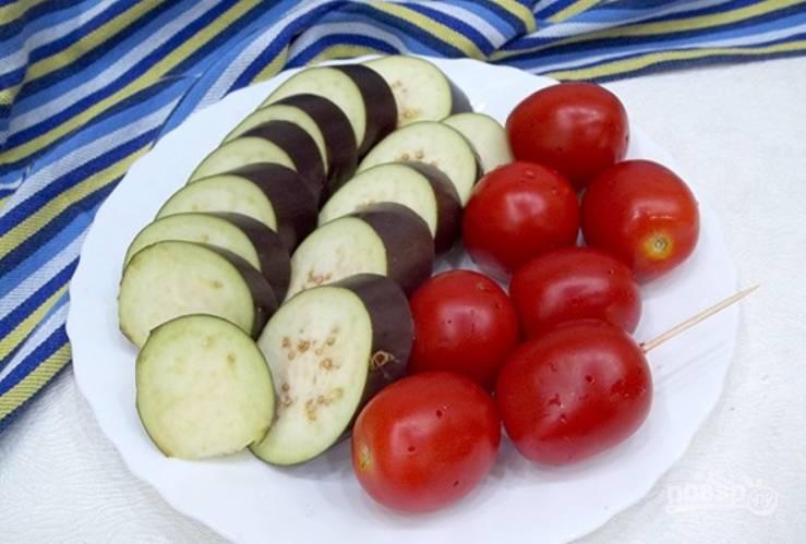 Промойте овощи. Нарежьте баклажаны колечками. На томатах делаем проколы зубочисткой.