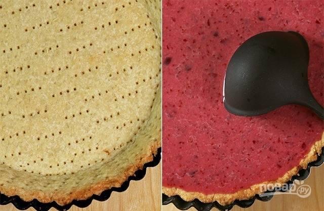 Вылейте получившуюся начинку в формочку с тестом. Духовку разогрейте до ста восьмидесяти градусов и поставьте в нее пирог. Чтобы он не подгорел по краям, форму можно накрыть фольгой, сложенной в несколько раз. Выпекайте пирог сорок минут.
