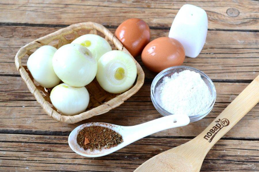 Подготовьте все необходимые ингредиенты. Лук очистите, яйца взбейте вместе со щепоткой перца. Муку перемешайте с солью.