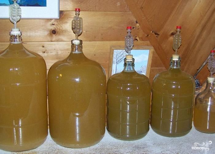 Вино обычно бродит около месяца. Через месяц можно пробовать. Также можно оставить вино дозревать еще на три месяца, чтобы вкус получился более полноценным.