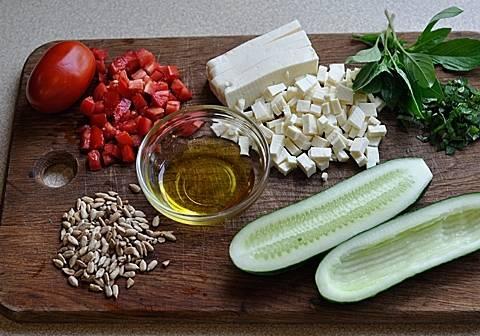 1. Интересный постный салат, который станет отличной закуской. Начинку для огурцов можно использовать любую. Чаще всего такой салат в огурце готовят с отварной птицей и жареными грибами. Я решила приготовить салат, который можно кушать в пост. Итак, вынимаем из огурца середину.