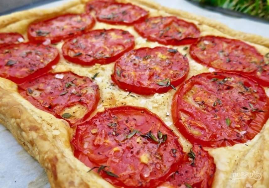 4. Запекайте около 25-35 минут до румяности коржа. Вот такой слоеный тарт с помидорами получился. При желании вы можете сделать небольшие порционные лодочки. Приятного аппетита!