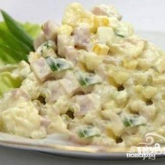 5. Все ингредиенты (курицу, орехи, сыр, зеленый горошек, ананасы, грибы) смешать, полить соусом, соль добавить по вкусу, перемешать, оставить в холодильнике на часик-полтора.
