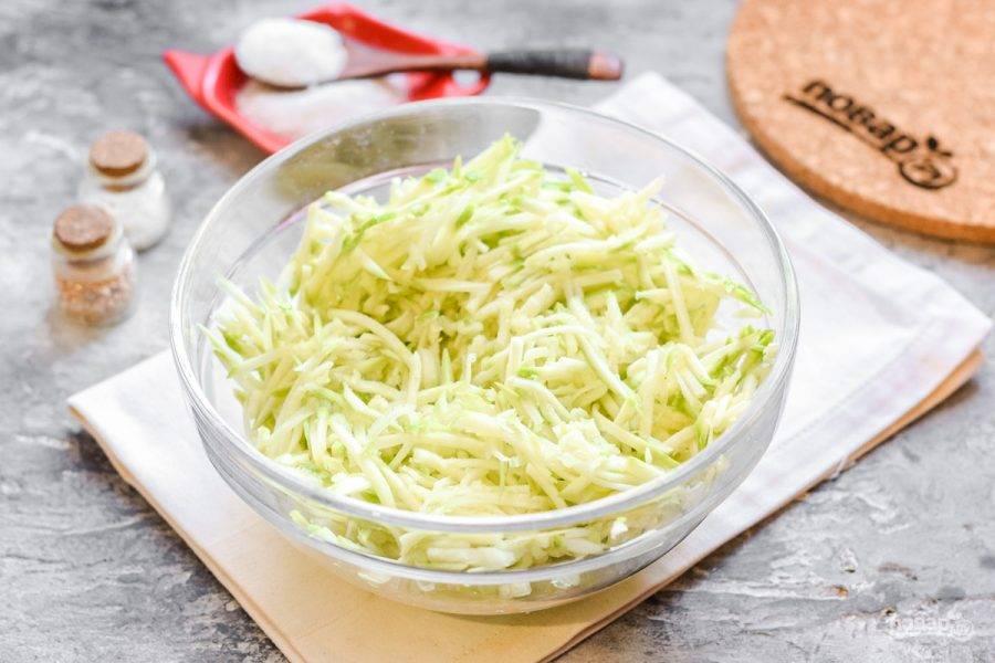 Кабачки вымойте и просушите, после натрите на терке для корейской моркови. Нам нужна длинная тонкая стружка.