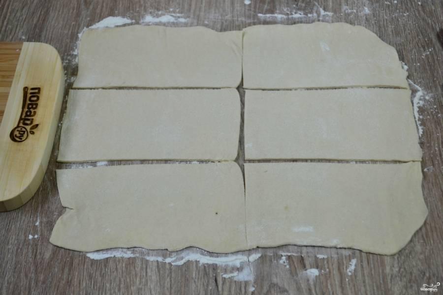 Слоеное тесто тонко раскатайте. Порежьте его на 6 прямоугольников примерно 4х8 см.