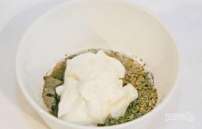 1.В миску всыпаю орегано, базилик, черный молотый перец и соль, выдавливаю сок одной половинки лимона и добавляю майонез.