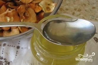 Дайте компоту немного остыть, а потом влейте в него мёд.