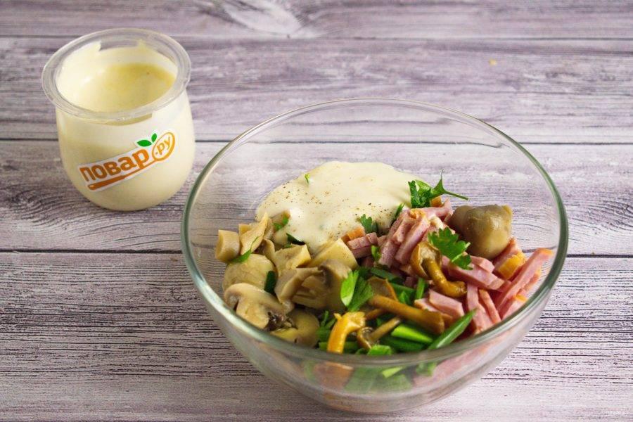 2.     Ветчину нарежьте тонкой соломкой. Выложите в салатник все ингредиенты, посолите и поперчите по вкусу. Заправьте майонезом, перемешайте.