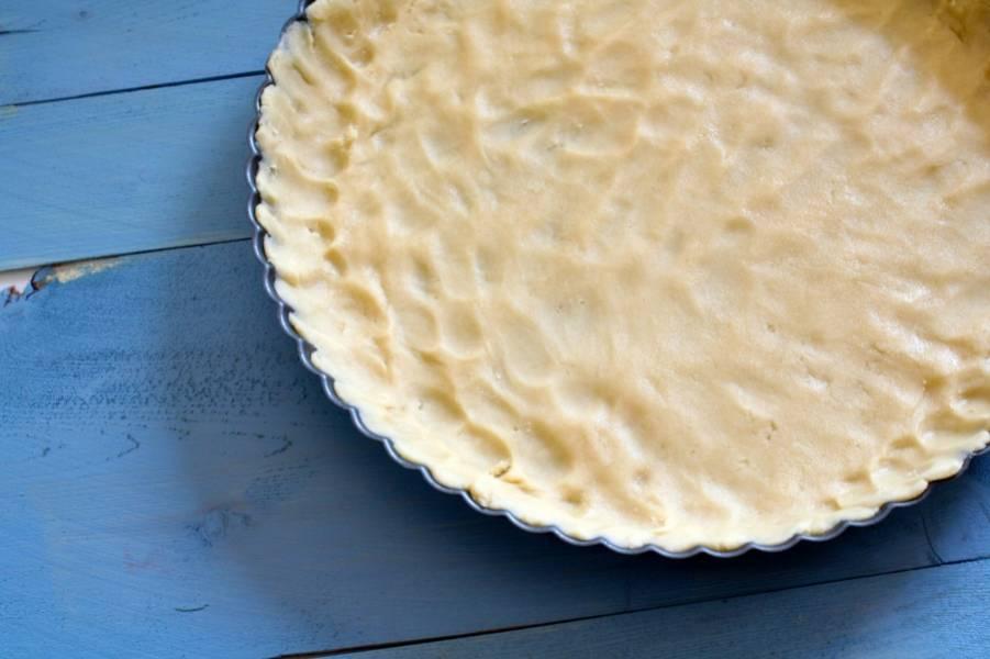 Форму для запекания тщательно смажьте маслом. Выложите в форму 2\3 теста получившегося у вас теста. А наверх выложите вишни (или любые другие ягоды, которые вы используете), предварительно очищенные от косточек (если имеются).