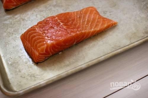 2. Посолите и поперчите по вкусу со всех сторон. С помощью кисточки смажьте немного оливковым маслом. Выложите рыбку в жаропрочную форму и отправьте в духовку.