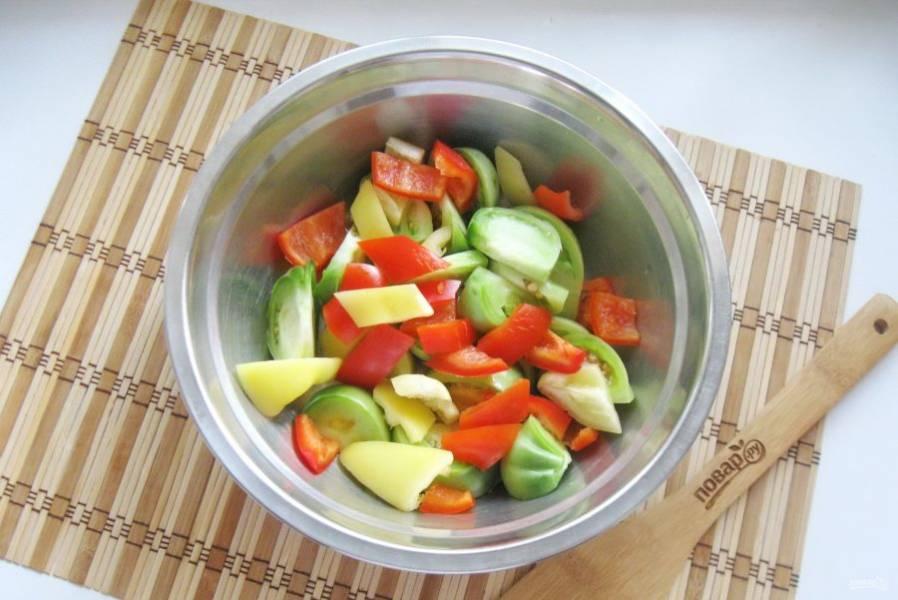 Болгарский и острый перец очистите, помойте и нарежьте произвольно. Добавьте к помидорам.