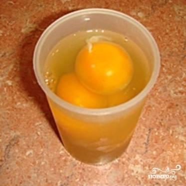 Разбейте яйца в стакан. Поскольку для омлета вам понадобится равное количество молока и яиц, запомните уровень яиц в стакане. Перелейте яйца в миску, добавьте соль, перец и слегка взбейте.