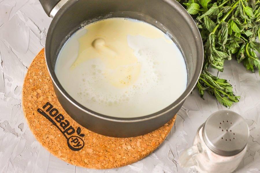 Пока яйца взбиваются, вылейте молоко любой жирности в ковш или кастрюлю, прогрейте его практически до кипения и добавьте сливочное масло. Растопите масло в молоке.