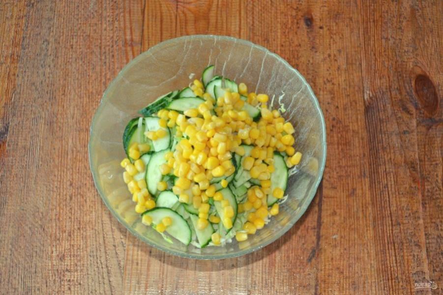 Добавьте консервированную кукурузу. Если под рукой есть свежая кукуруза, можно использовать ее.