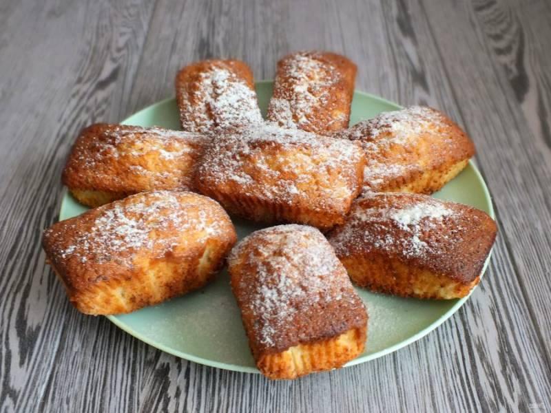 Переложите кексы на блюдо и охладите.