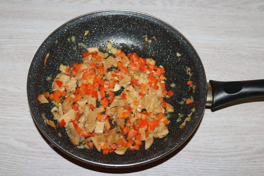 К обжаренным луку с перцем добавьте мелко нарезанные шампиньоны. Немного обжарьте всё вместе.