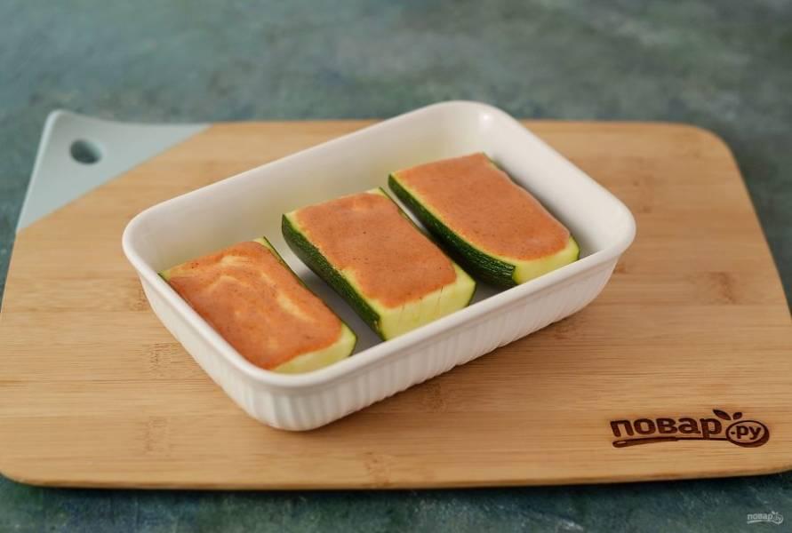 Выложите кабачок в форму для запекания, выпекайте 20-25 минут при температуре 200 градусов.