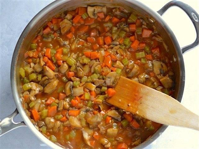 3.К готовым овощам влейте бульон, доведите его до кипения, хорошенько перемешав все овощи.