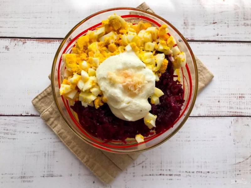 Заправьте салат сметаной, добавьте чеснок и хорошо перемешайте.