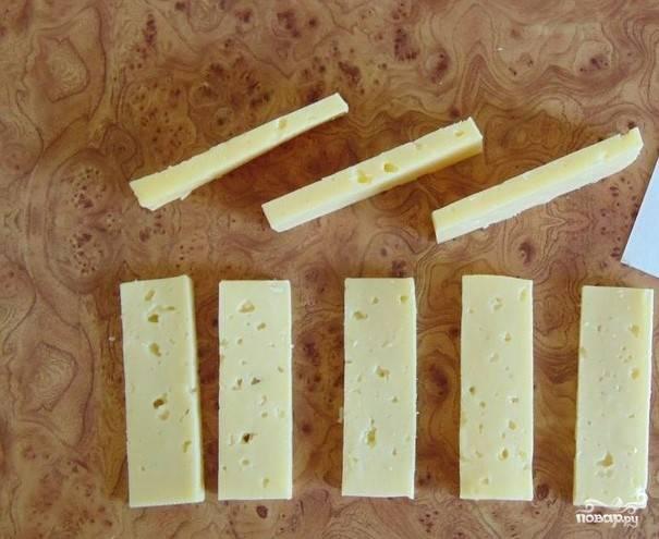 3. Твердый сыр также шинкуем полосками.