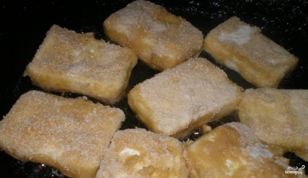 Разогрейте сковороду с растительным маслом. Начните обжаривать в нём сырки.