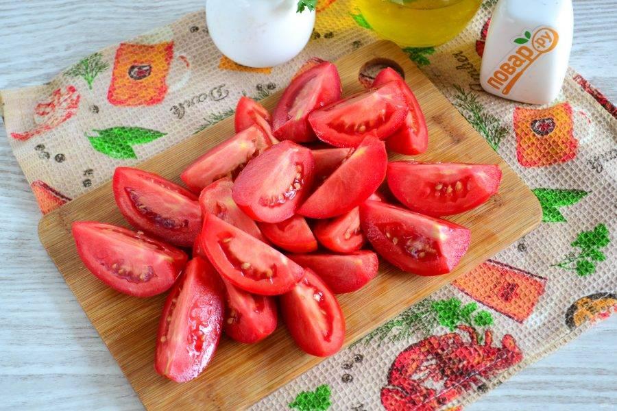 Помидоры порежьте на 4 части, обрежьте плодоножки.
