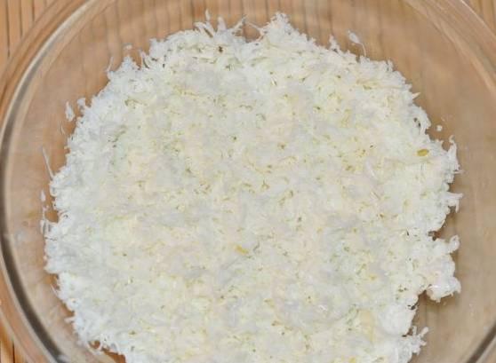 Разделите вареные яйца на белки и желтки. Белки натрите на терке и выложите на рыбу.