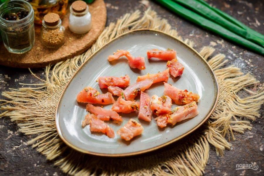 Вяленую индейку можете заменить другим мясом, нарежьте его и разложите на красивой тарелке.