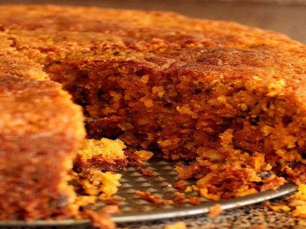 9. Готовность торта нужно проверять деревянной палочкой, которая должна выходить из коржа сухой. Когда диетический морковный торт в домашних условиях готов, его нужно остудить и только после этого аккуратно нарезать и подавать к столу.