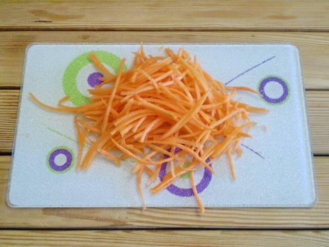 4. Морковь трем на крупной терке.