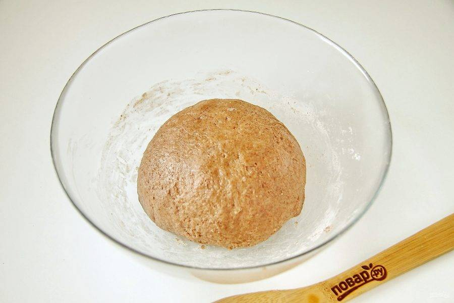 Замесите тесто. Если необходимо, то в процессе можно добавить еще немного муки. Тесто должно быть мягким и не липнуть к рукам.