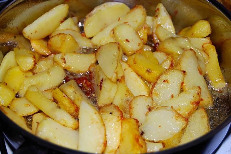Примерно через пол часика после того, как мы поставили тушиться мясо, можно начинать жарить картофель.