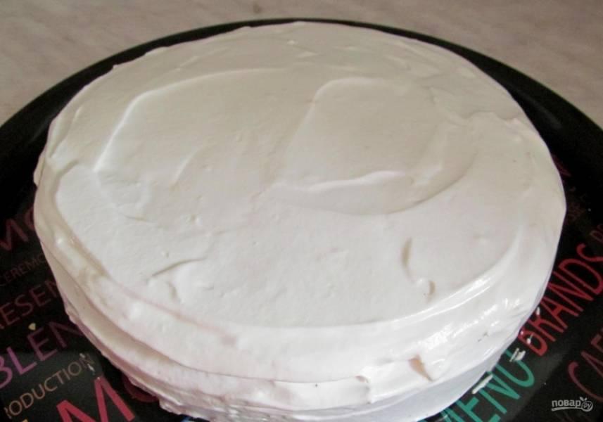15.Для крема: смешиваю сметану (30% жирности) с сахарной пудрой и взбиваю миксером. Покрываю приготовленным кремом остывший кекс.