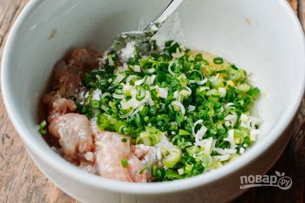 2. Измельчите зеленый лук, добавьте в фарш. Туда же влейте ложку рисового вина, если есть дома.