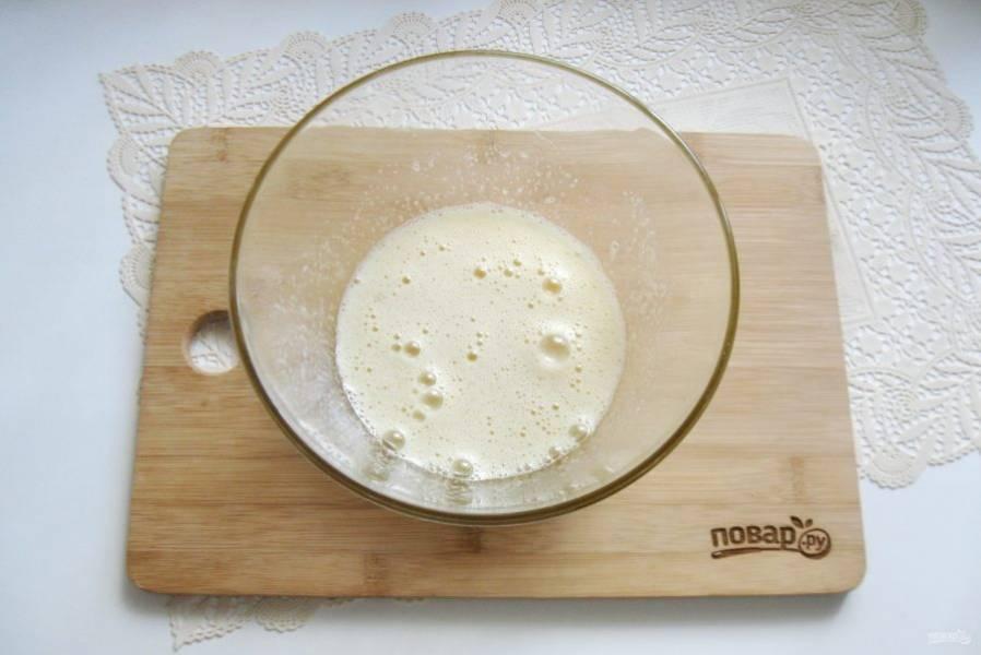 Тщательно перемешайте яйца с сахаром. Можно взбить миксером.