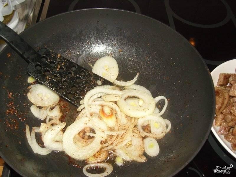 Лук чистим, нарезаем кольцами и так же обжариваем до золотистого цвета на сковороде.
