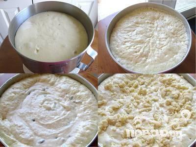 3.Смажьте жиром круглую форму для выпечки. Влейте тесто в форму и оставьте на пару минут. Тем временем приготовьте посыпку. Смешайте 50г сливочного масла, 3 ст.л.сахара, 1 ст.л. ванильного сахара и ½ стакана муки. Отложите. Приготовьте начинку. Предварительно замочите изюм в воде. Взбейте творог или рикотту вместе с 4-мя желтками, 1 стаканам сахарной пудры и 2-мя ст.л. ванильного сахара. Добавьте крахмал, топленое масло и изюм. Взбейте белки в пену и добавьте их в сырную массу. Разогрейте духовку до 190 градусов. Когда тесто поднимется, влейте творожную начинку поверх теста. Посыпьте пирог приготовленной заранее посыпкой.