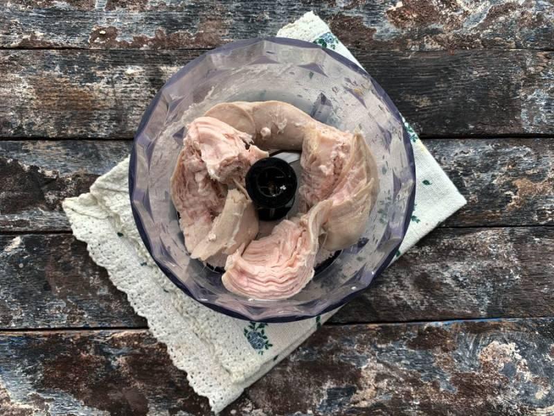 Куриное филе отварите до готовности, дайте ему полностью остыть, выложите в чашу блендера и измельчите.
