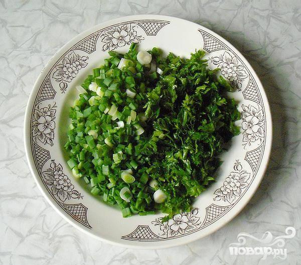 3.Перебираем укроп, петрушку и зеленый лук, тщательно его промываем, и затем мелко нарезаем. Можно, если есть такое желание, добавить чеснок (несколько долек).