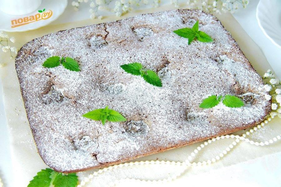 14. Украсьте его по желанию сахарной пудрой, шоколадной стружкой, листочками мяты или орехами.