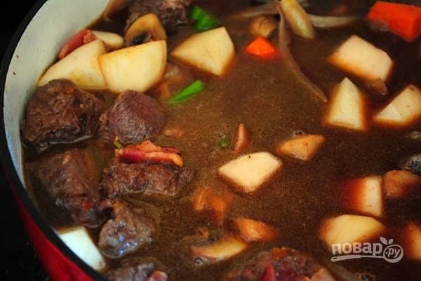 4. Выложите обратно в кастрюлю мясо, влейте бульон и вино. После закипания накройте крышкой и тушите на медленном огне 1-1.5 часа до готовности.  Приятного аппетита!