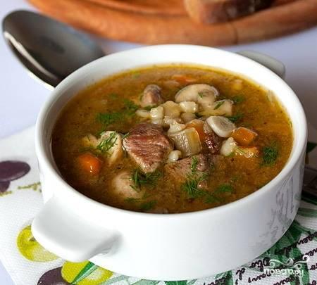 Добавить в суп овощи и варить до полной готовности мяса и грибов.  Из готового супа вынуть лавровый лист, заправить его измельченным чесноком, разлить по тарелкам, посыпать мелко нарезанной зеленью. Подавать только горячим!