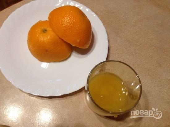 Из апельсина выдавим сок. Ничего страшного, если в сок попадет и мякоть. Желатин набух, добавим его в сок и растворяем на водяной бане.