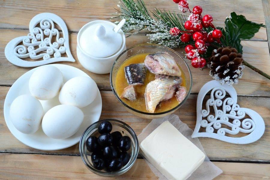 Подготовьте все необходимые ингредиенты. Заранее отварите яйца вкрутую (8-10 минут), охладите и очистите их.