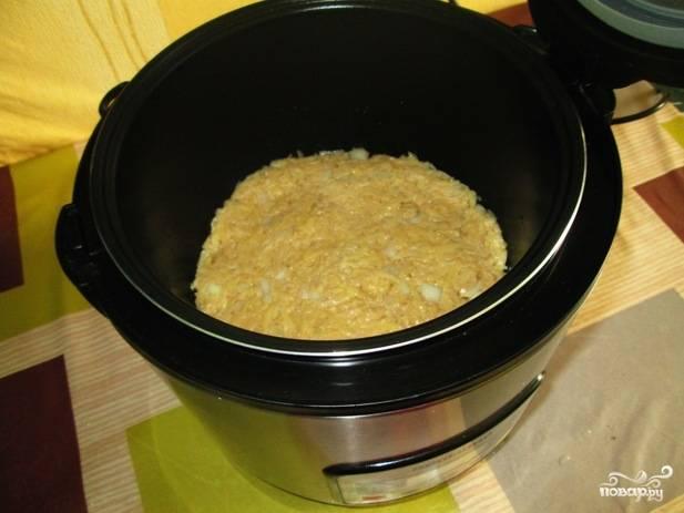 """7. Чашу смажьте как следует растительным маслом, выложите в нее картофельный фарш. Утрамбуйте ложкой верх и включите режим """"Выпечка"""" на 1 час."""