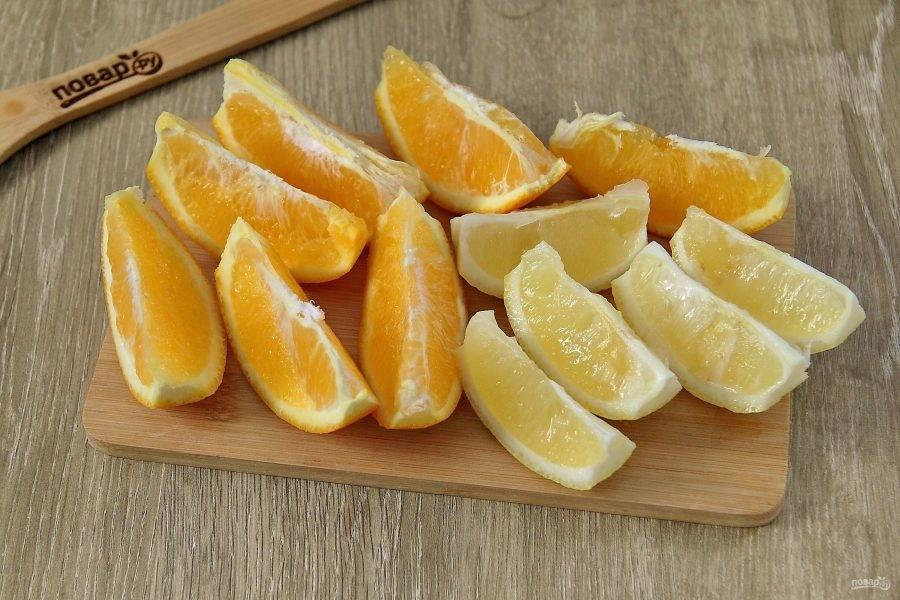 Апельсин и лимон хорошо промойте, нарежьте дольками и удалите косточки, если имеются.
