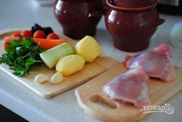 1. Подготовьте первым делом все необходимые ингредиенты. Вымойте и очистите овощи. Бедрышки вымойте и обсушите, удалите у них шкурку.