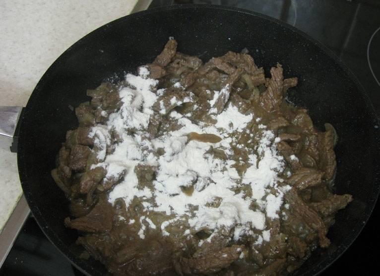 3. Когда мясо обжарится, притрушиваем слегка его мукой и жарим еще около 5 минут.