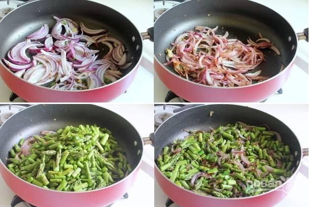 3. Выложите измельченный лук и жарьте до легкого золотистого цвета. Добавьте на сковороду спаржу, аккуратно перемешайте.